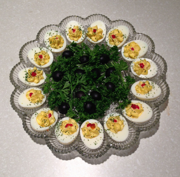 astronaut-wives-club-deviled-eggs-610x600